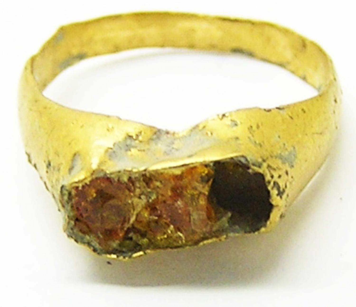 Roman child's gold finger ring set with amber