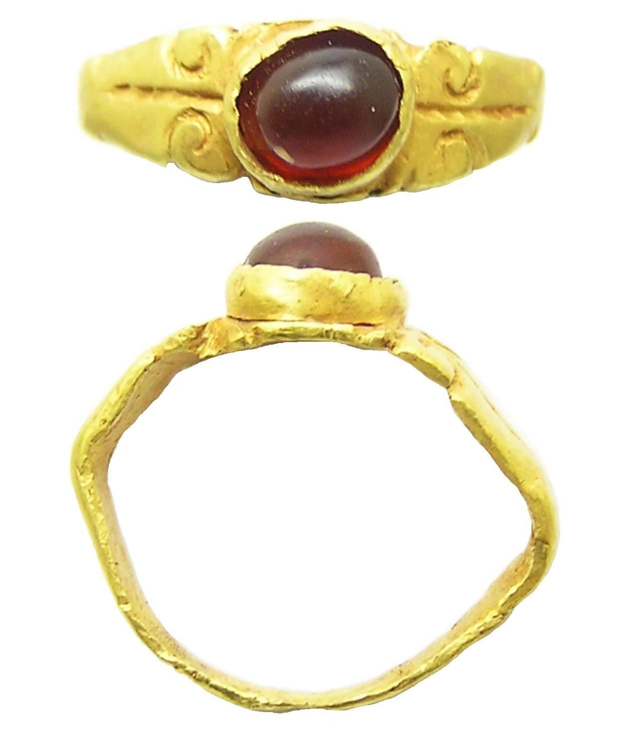 Ancient Roman gold finger ring keeled type garnet gem