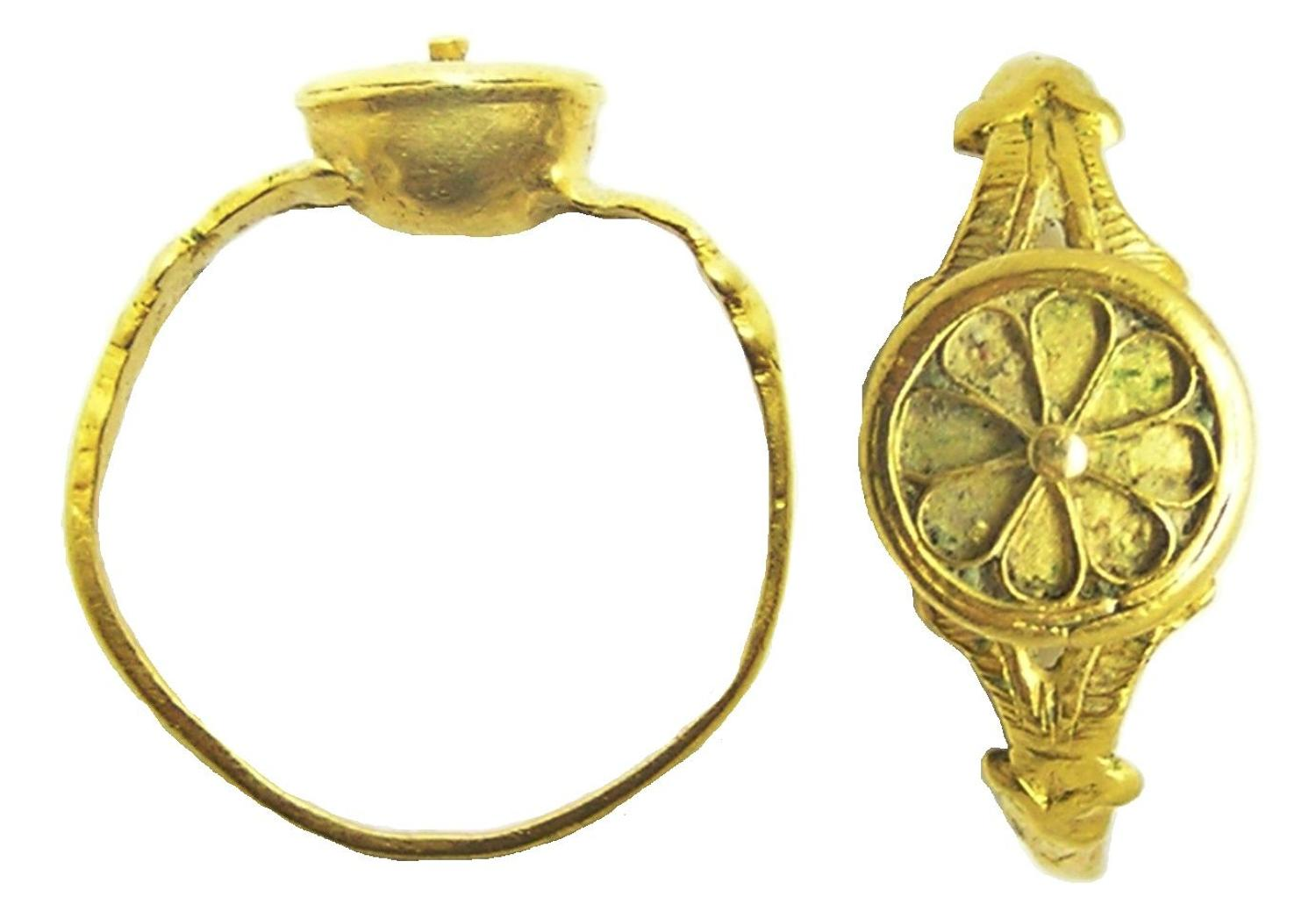 Renaissance gold rosette shaped finger ring